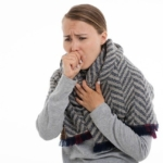 咳をする女性