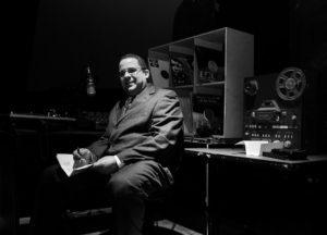 ラジオ局で座る男性