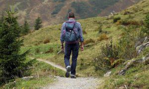 山歩きをする男性
